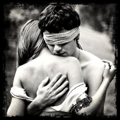 Bien souvent l'amour rend aveugle et les larmes s'en échape :/