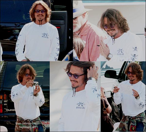 . Sur le Tournage de Pirates des Caraïbes 3___C'est un Johnny tout sourire que nous retrouvons sur le tournage de Pirates des Caraïbes 3 le 29 Août 2006. Les photos sont superbes. Johnny a le sourire et est présent pour ces fans. J'aime le voir comme ça. Et pour sa tenue c'est un top avec son petit pull avec des têtes de morts. Digne d'un pirate ! .