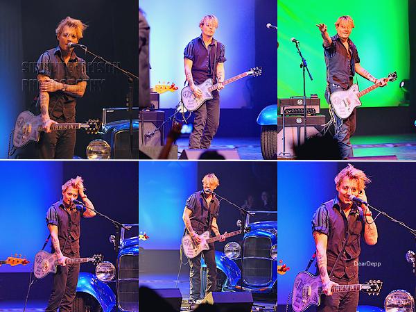 . 25.01.14 : Johnny au National Association of Music Merchants à Anaheim en CalifornieIl a notamment accompagné Steven Tyler, Marilyn Manson, Alice Cooper et Bruce Witkin à la guitare. .