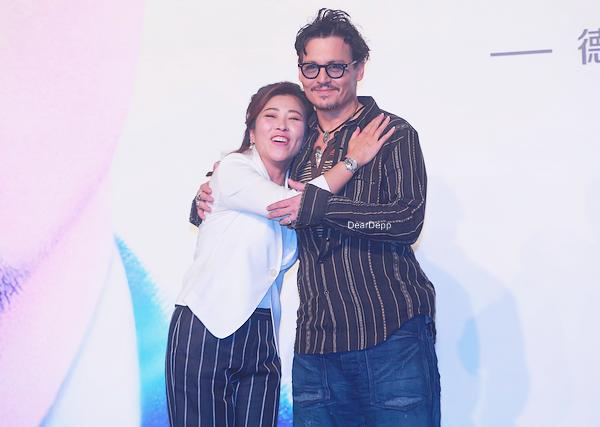 . 31.03.14 : Johnny était en Chine pour la promotion de TranscendanceRetrouvez des photos de la Conférence de Presse, de l'Avant-Première mais aussi de Johnny sur scène. .