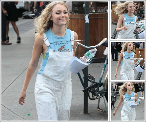 . 24 juillet 2013  : AnnaSophia sur le tournage de The Carrie Diaries (saison 2) à New York City. .