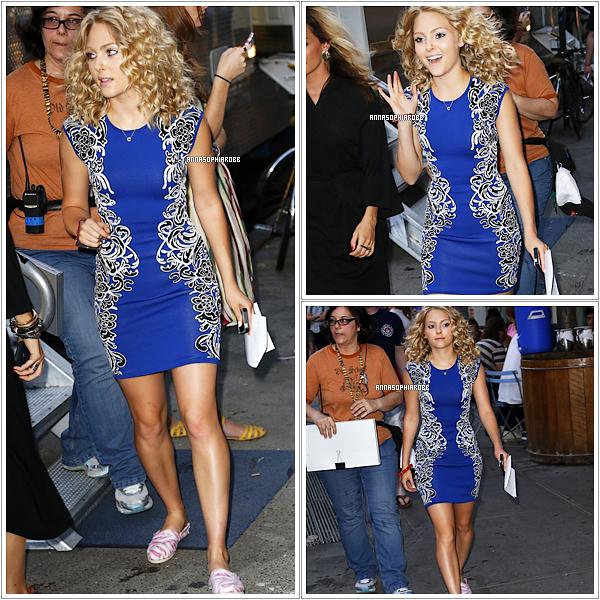 . 25 juillet 2013  : Nouvelles photos de Mlle Robb sur le tournage de The Carrie Diaries (saison 2) à New York City. .
