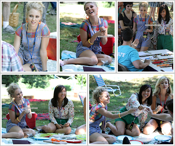 . 30 juillet 2013  : AnnaSophia et ses co-stars sur le tournage de The Carrie Diaries (saison 2) à New York City. .