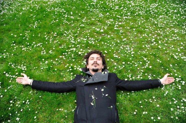Il est grand temps de faire une pause, de troquer cette vie morose contre le parfum d'une rose.