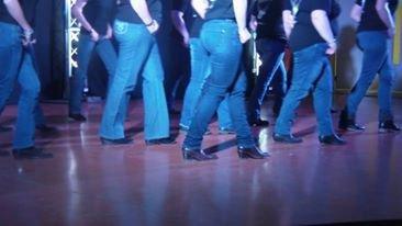 ET OUI MÊME LES ANGEL'S METTENT DES BOTTES SA LEUR ARRIVE nous dansons rarement sur un plancher c'est du goudron ou du carrelage ou des paves une fois sur du gazon mais là c'est pas le top !! bref pour bien danser il faut se sentir bien !! glisser toute une demo c'est le cauchemar total !!!!!! ALORS SI NOUS SOMMES SOUVENT EN BASKETS c'est qu'on n'a pas le choix alors je dirais à certaines personnes DE FAIRE TAIRE LEURS BOUCHES nous ne sommes pas des pros on danse c'est tout ALORS LÂCHEZ NOUS LES BASKETS MERCI ( juste un petit cou de gueule pour dire à certain que s'il suffisait de mettre des tiags pour bien danser on le saurait !et au lieu de critiquer regarder les danseurs danser :) ) L'image contient peut-être : une personne ou plus, personnes qui dansent et personnes debout