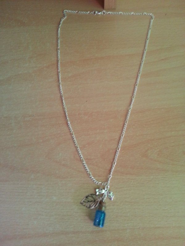 un collier fiole bleu
