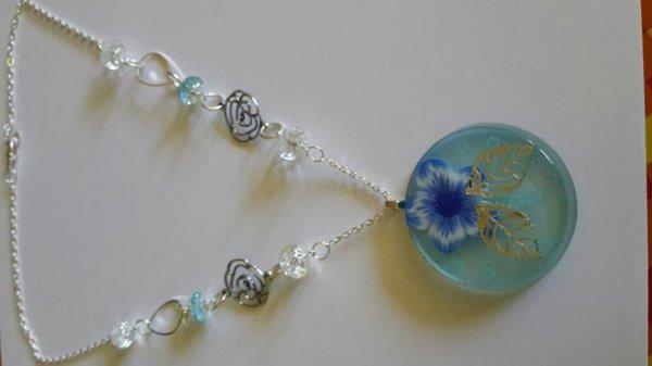Un collier bleu en resine et fimo