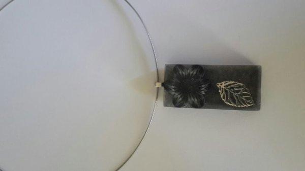 Un collier en resine et fimo noir