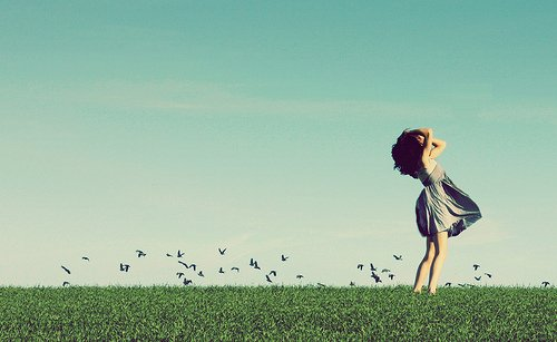 Quand une jolie fille vous regarde, il y a deux possibilités : ou bien c'est une allumeuse et vous êtes en danger ; ou bien ce n'est pas une allumeuse et vous êtes encore plus en danger...