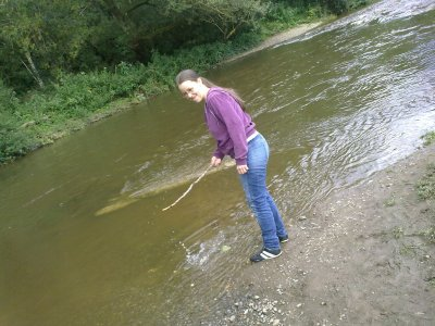 mwa ki joue dans l'eau avec un morceau de baton