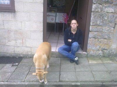 moi toute seule assie devant la porte avec roxane