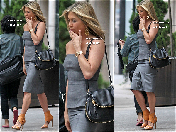. Jeudi 07 juillet : Jennifer Aniston faisant une emprunte de ses mains  au Hand and Footprint ceremony.  Vendredi24 Juin : Jennifer sortant d'un hôtel à New-York City, top !  .