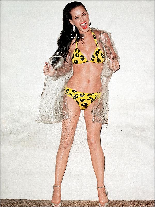 """Katy pose pour « Rolling Stone » pour juillet 2011. Le photoshoot a été fait à Miami en Juin 2011. Quelques extraits de l'interview pour le magazine : « Aux alentours de mes 11 ans, j'ai commencé à prier pour avoir de la poitrine. Dieu a tellement bien exaucé mes prières qu'à un moment j'ai été contrainte de lui demander d'arrêter, parce que je ne voyais plus mes pieds. A ce moment-là, je ne savais pas encore que je pouvais les aimer un jour. Alors j'ai commencer à les bander, pour qu'on ne puisse pas voir leur volume. J'ai fait cela jusqu'à mes 19 ans. Et non, je n'ai aucune séquelle psychologique de cette époque-là aujourd'hui.  » raconte Katy Perry.     Après avoir parlé de son mal-être pendant sa jeunesse, Katy Perry parle ensuite de la politique des Etats-Unis. « D'après moi c'est l'argent qui fait tourner notre pays (USA). Ca sonne comme un point de vue plutôt radical mais je commence à y voir plus clair. Quand j'étais petite je posais des questions sur la religion. Maintenant je m'interroge sur le monde. Il faut vraiment que nous changions notre façon de penser. Notre priorité c'est la gloire et le bien-être des gens est loin derrière. Je vois ça de mes propres yeux car je fais aussi partie de ce """"problème"""". Je joue le jeu même si j'essaie de reprendre le droit chemin. Par exemple, le fait que les États-Unis ne prennent pas en charge les frais liés à la santé me rend folle.».   Traduction entièrement de moi, crédite tout emprunt !"""