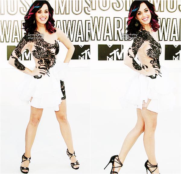 12/09/10 : Katy Perry, très chic, quittait son domicile pour rejoindre le tapis des Video Music Awards 2010. 12/09/10  : Katy était cette fois-ci sur le tapis des VMA's 2010 dans la soirée du 12 Septembre. TOP OU FLOP ?  CET ARTICLE EST UN ARTICLE FLASHBACK, IL SERA REMIS A LA FIN DU BLOG DANS QUELQUES TEMPS.
