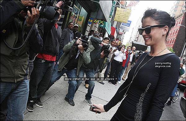 13/04/10 : Katy P. se baladait en compagnie de beaucoup paparazzi dans les rues de Chinatown. TOP OU FLOP ?  CET ARTICLE EST UN ARTICLE FLASHBACK, IL SERA REMIS A LA FIN DU BLOG DANS QUELQUES TEMPS.