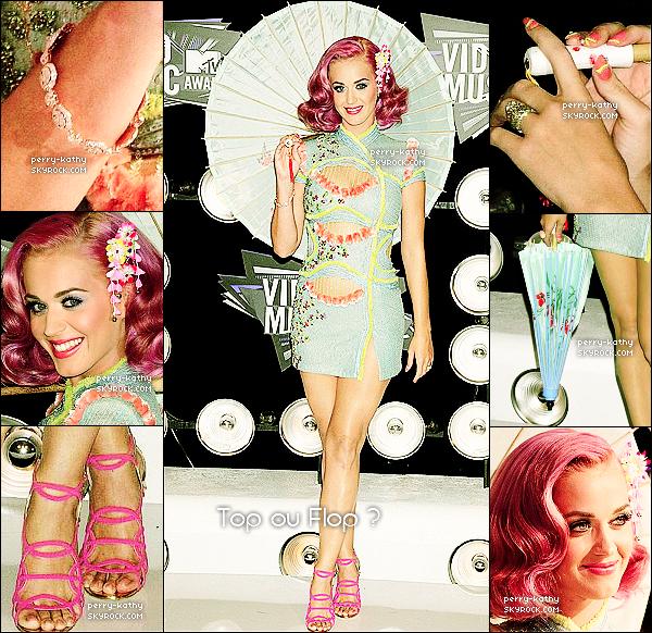 28/08/11 : Katy Perry - accompagnée de son mari - a fait fureur aux Video Music Awards 2011 à Los Angeles. Katy s'est inspirée des femmes asiatiques pour composer sa tenue. Elle a changé plusieurs fois de tenues durant la soirée.