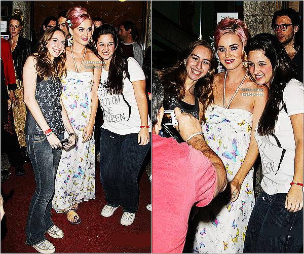 22/09/11 : Katy Perry et ses amis sont sortis dîner dans les rues de Rio de Janeiro. Le retour du blond ! TOP/FLOP ?