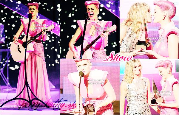 20/11/11 : Katy Perry était présente aux American Music Awards 2011 vêtue d'une longue robe. TOP/FLOP ?