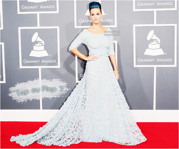 12/02/12 - Katy Perry était présente à 54ème édition des GRAMMY's au Staple Center à Los Angeles. Mrs Perry portait une longue robe bleue issue de la collection 2012 d'Elie Saab. Qu'en penses-tu ?