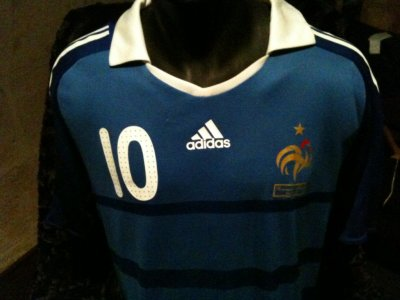 Maillot porté par Karim Benzema : Roumanie-France, match de qualification à la Coupe du Monde 2010 (VENDU)