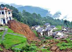 sri lanka landslide ten dead and 300 missing