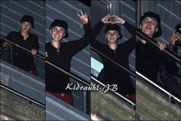 • 09.03.11 | Justin aperçu sur le balcon de son hôtel, saluant ses fans à Liverpool •