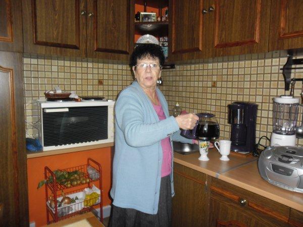 et aujourd'hui on es allée voir ma maman chez elle je l'ai eu en beauté elle été occuper a faire du café je les pris quand elle ses tourner hihihihihihiiiiiiiiiiiii