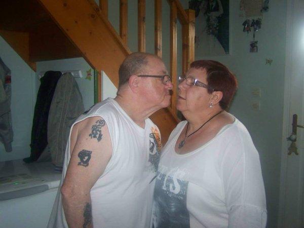 et la une très belle photo de moi et avec ma rose d amour et je vous fais des gros bisous de ton ami bernard