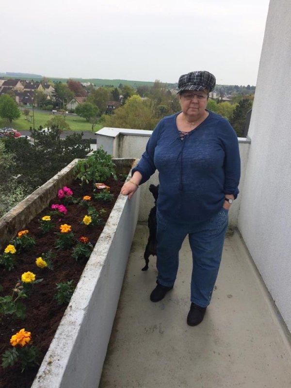 bonsoir mes amies et amis et je vous mets quelques photos du balcon il et très fleurie et voici mes photos que j aime beaucoup et je vous souhaitent une très belle soirèe à vous tous gros bisous de ton ami bernard car c est très beau l amitiè avec vous tous