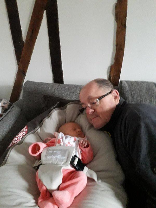 bonsoir a vous tous ce matin je suis allé avec ma rose garder notre petite fille Enaelle car ma fille avait besoin de faire des courses ma rose lui a donner le biberon elle était trop contente j'espère que vous allez bien je vous souhaitent une bonne fin de soirée et plein de gros bisous
