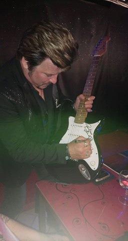 Et bien voilà , Franck c est appliqué , il me l a dédicassé ma guitare , elle a plus de valeur à mes yeux maintenant ... merci Franck et merci pour cette belle soirée...