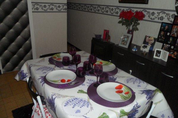 Jolie table champetre , lavande et coqueliquots et biensur beaucoup de mauve , pour un petit diner avec papa et maman....au menu , coquilles de poisson , une plancha et tarte ....
