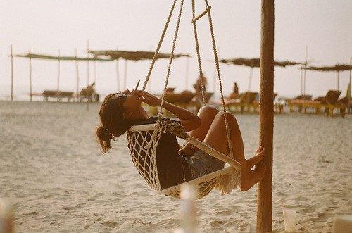 """""""Je suis de celles qui n'ont rien a perdre, de celles qui trouvent le bonheur dans un verre entre copines, une ballade sur la plage, une bonne chanson ou bien encore un baiser sous la pluie. """""""