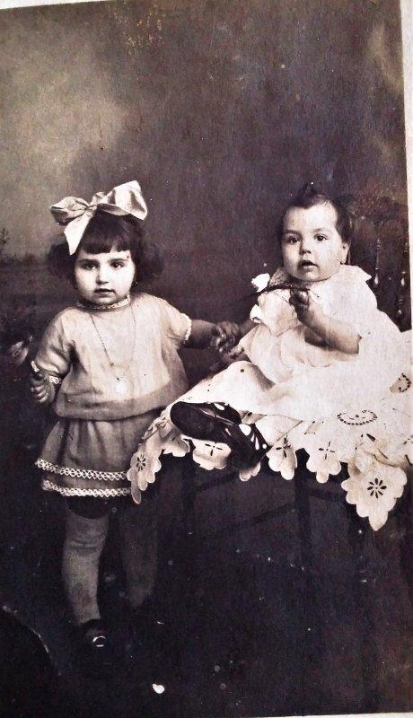 Dans un carton à chaussures, j'ai trouvé cette photo...Deux jolies petites poupées, je vous présente ma Maman ( le bébé ) et ma Tante, âgées respectivement de 92 et 94 ans !!!