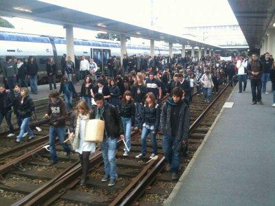 Sur les routes ou les rails, les jeunes occupent le terrain