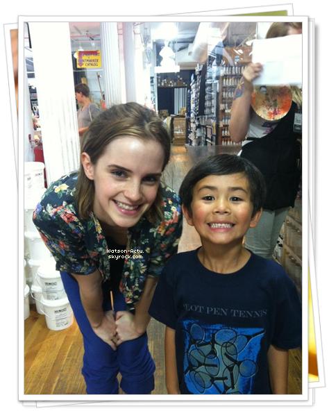 . » Emma pose avec un jeune fan :) «  ♥ Crédit des sources utilisées: EmmaWatsonFrance.net ♥ .