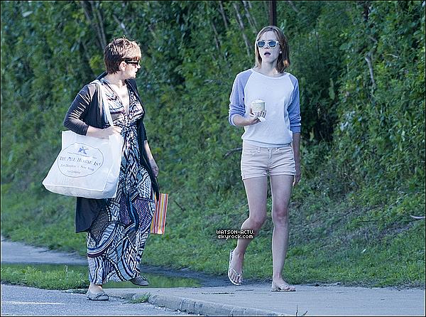 . » Candid, Emma à East Hampton (New York City) en compagnie de sa Mère ! «  ♥ Crédit des sources utilisées: EmmaWatsonFrance.net ♥ .