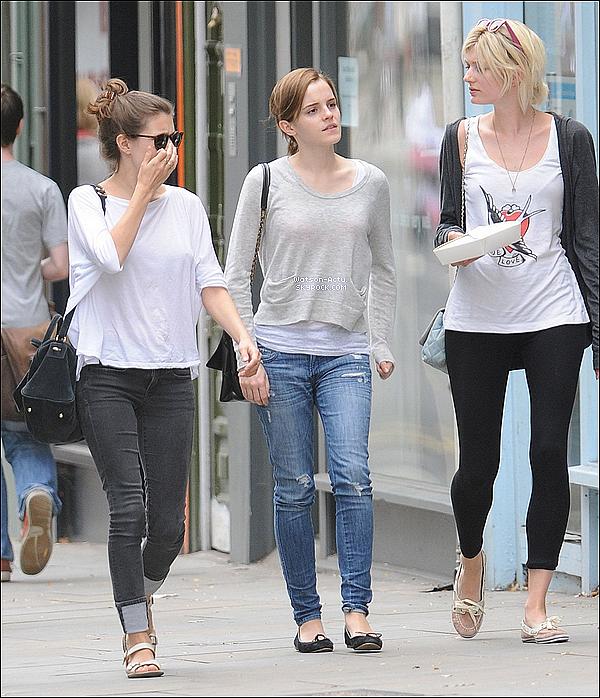 . » Candid, Emma & ses amies + Emma & son petit ami + Emma seule. «  ♥ Crédit des sources utilisées: EmmaWatsonFrance.net ♥ .