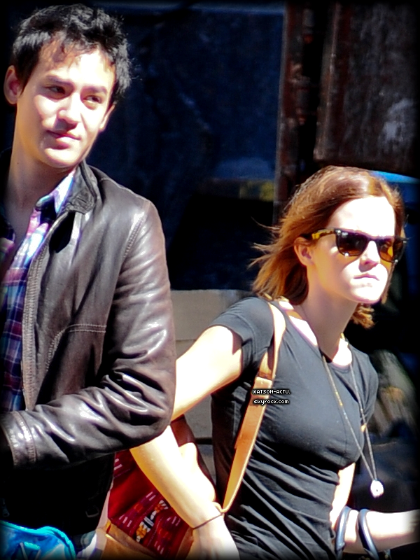 . » Candid à New York en compagnie de Will, son petit ami. «  ♥ Crédit des sources utilisées: EmmaWatsonFrance.net ♥ .