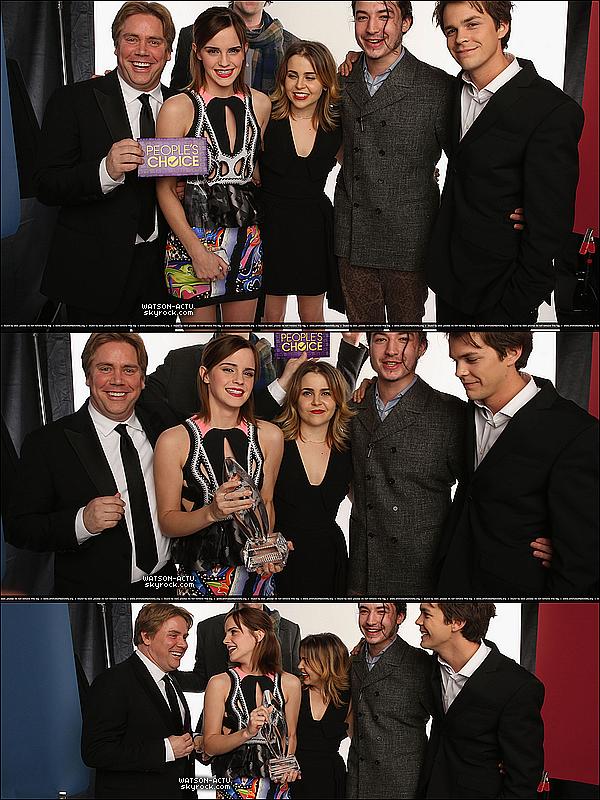 . » Emma aux 'Peoples's Choice Awards 2013' + Photos + Candid ...etc. «  ♥ Crédit des sources utilisées: EmmaWatsonFrance.net et EmmaWatsonDaily.org ♥ .