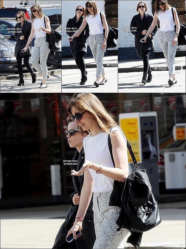 . » Emma se promenant dans Londres + Nouvelle affiche de This Is The End ! «  ♥ Crédit sources utilisées: EmmaWatsonFrance.net & EmmaWatsonFan.net ♥ .