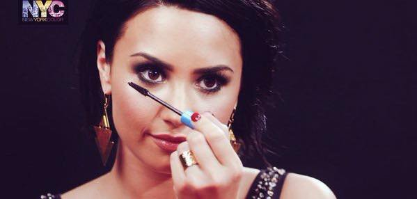 Demi Lovato nous montre comment faire un smokey avec New York Color: