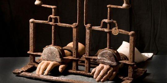 La vente aux enchères d'instruments de torture est suspendue