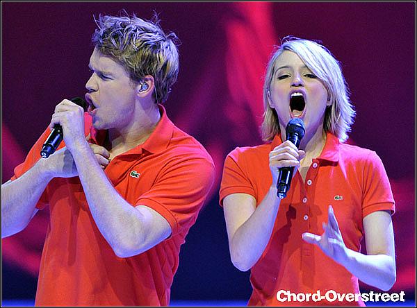 . ♦ Glee live tour 2011: Après San José, c'est à Anaheim que le glee cast chante ! A ce 4ème concert, on voit beaucoup plus Chord avec Dianna, qui se défoule sur la scène d'ailleurs, haha.  .