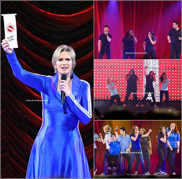 """♔ Glee live tour : Es-ce que je rêve ? Ils ne portent plus leur tenue rouge/orange ! Vive le bleu, c'est déjà plus joli, non ? On ne voit Chord sur aucune photo, mais j'étais obligé de les mettre quoi. Ci-dessous, 7 vidéos pendant le concert, 7 vidéos qui serviront pour le film en 3D. On y retrouve les chansons : Forget You, Empire State of mind, .. et Born this way bien sûr ! Les """" AAAHHH """" ne sont pas dans les chansons, haha."""
