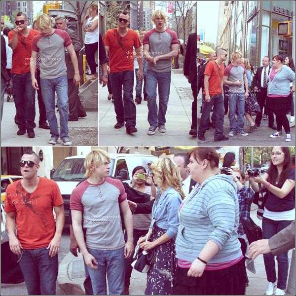 ♔ Flashback. Chord, Mark, Dianna et Ashley trainant dans les rues de New York le 26 avril 2011. Il a la classe notre Chord. ♥