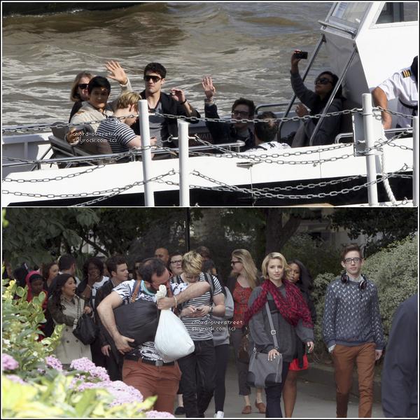 ♔ CANDIDS. Chord et le cast de glee ont pris un bateau à Londres. Chord n'a pas décroché son regard de son téléphone.. A qui envoyer t-il des sms ? Hun-hun. Sinon, ils sont tous très beaux tous ensemble. <3