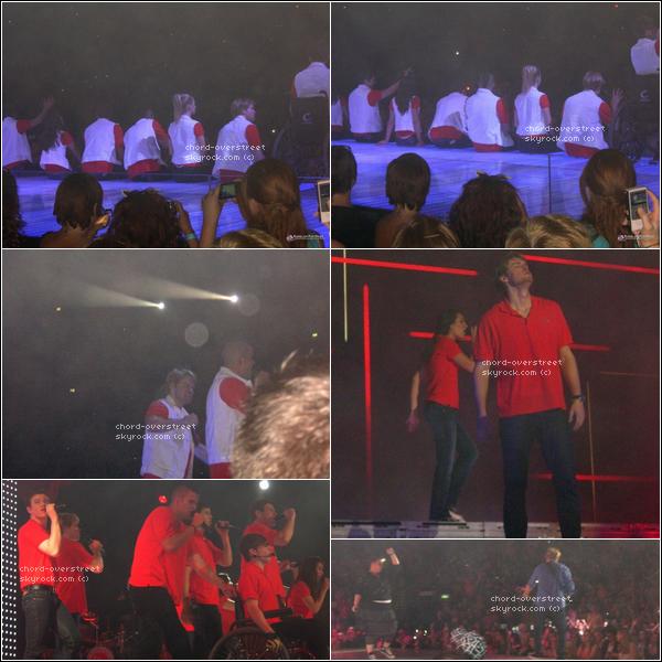 ♔GLEE LIVE TOUR. La dernière tournée du glee live tour a eu lieu à Dublin, le 2 juillet. Les photos sont très flous, désolé. Darren, Mark et Chord étaient torse nu pendant une chanson ! Pendant que Naya et Amber chantaient, Chord et Mark arrosent le public avec des pistolets à eau ! Jusqu'à ce que Chris prennent celui de Chord et lui courent après partout sur la scène pour l'arroser à son tour.. Voir vidéo !