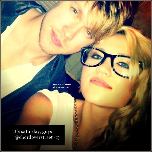 . Il y a 2 semaines, Emily Osment a posté une photo de Chord et elle, sur Twitter.«It's Saturday, guys ! @ChordOverstreet. ♥» .