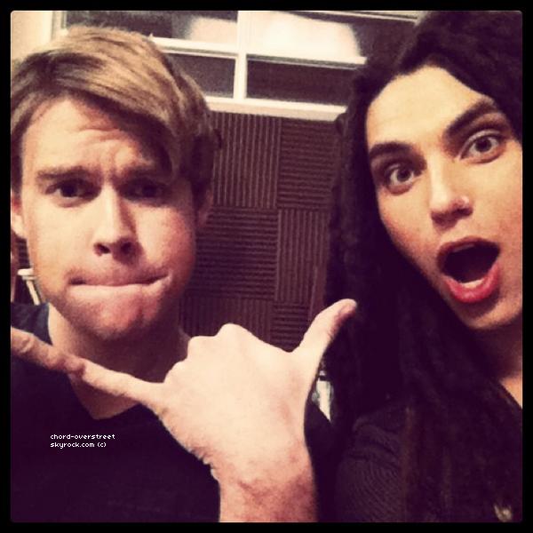 .  Chord a posté deux photos via instagram. Sur la première photo, il est avec Taylor Lautner et sur la deuxième, avec Samuel Larsen. .